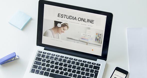 Laptop encendida con página de curso online