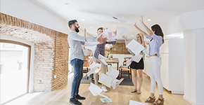 Personas felices en la oficina