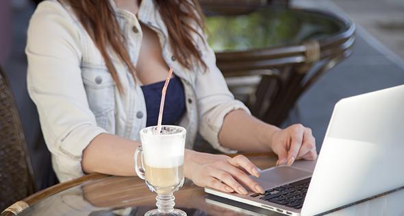 Mujer buscando trabajo por internet