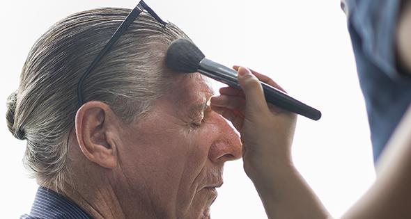 Persona maquillanda a un actor