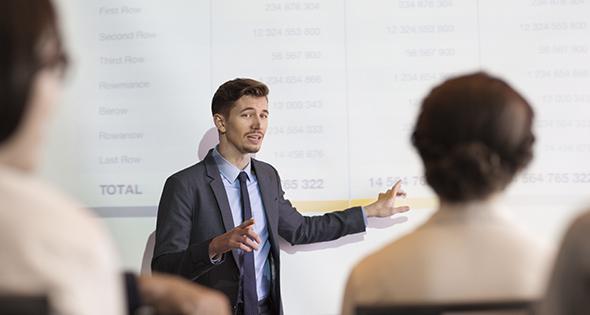 Persona realizando una presentación