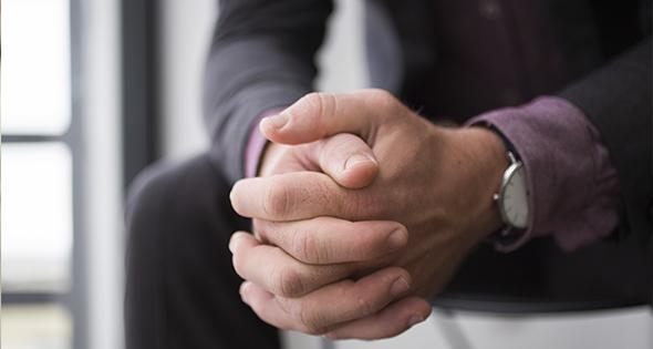 Persona con las manos cruzadas
