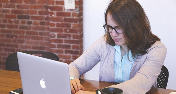 Mujer usando computadora de portatil