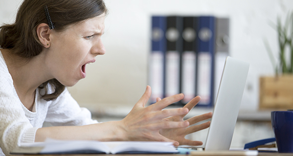 Persona enojada usando laptop