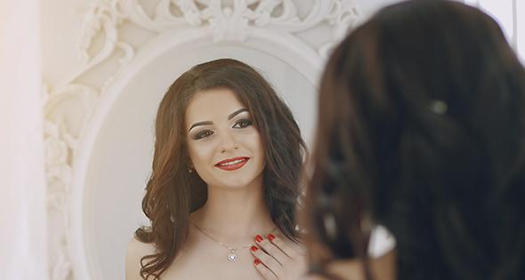 Mujer Sonriendo frente al espejo