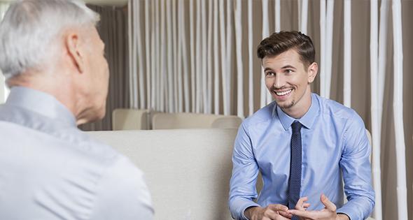 Hombre sonriendo en entrevista de trabajo