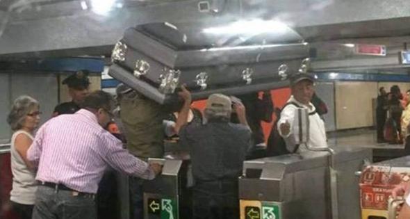 Familia transportando un ataúd en el metro