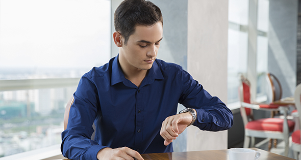 hombre mirando reloj