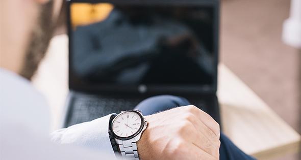 Hombre observando reloj