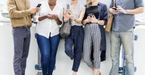 gente usando teléfonos móviles